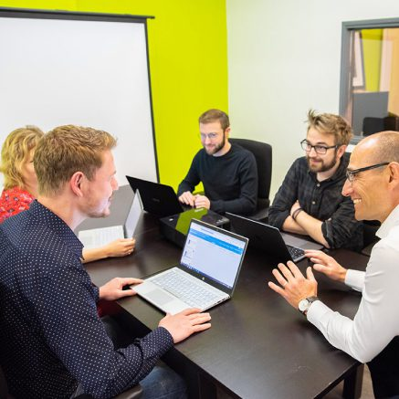 agence digitale, illustration de l'équipe calliweb au bureau